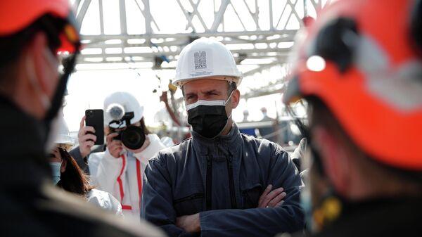 Президент Франции Эммануэль Макрон  во время посещения участка реконструкции крыши собора Парижской Богоматери