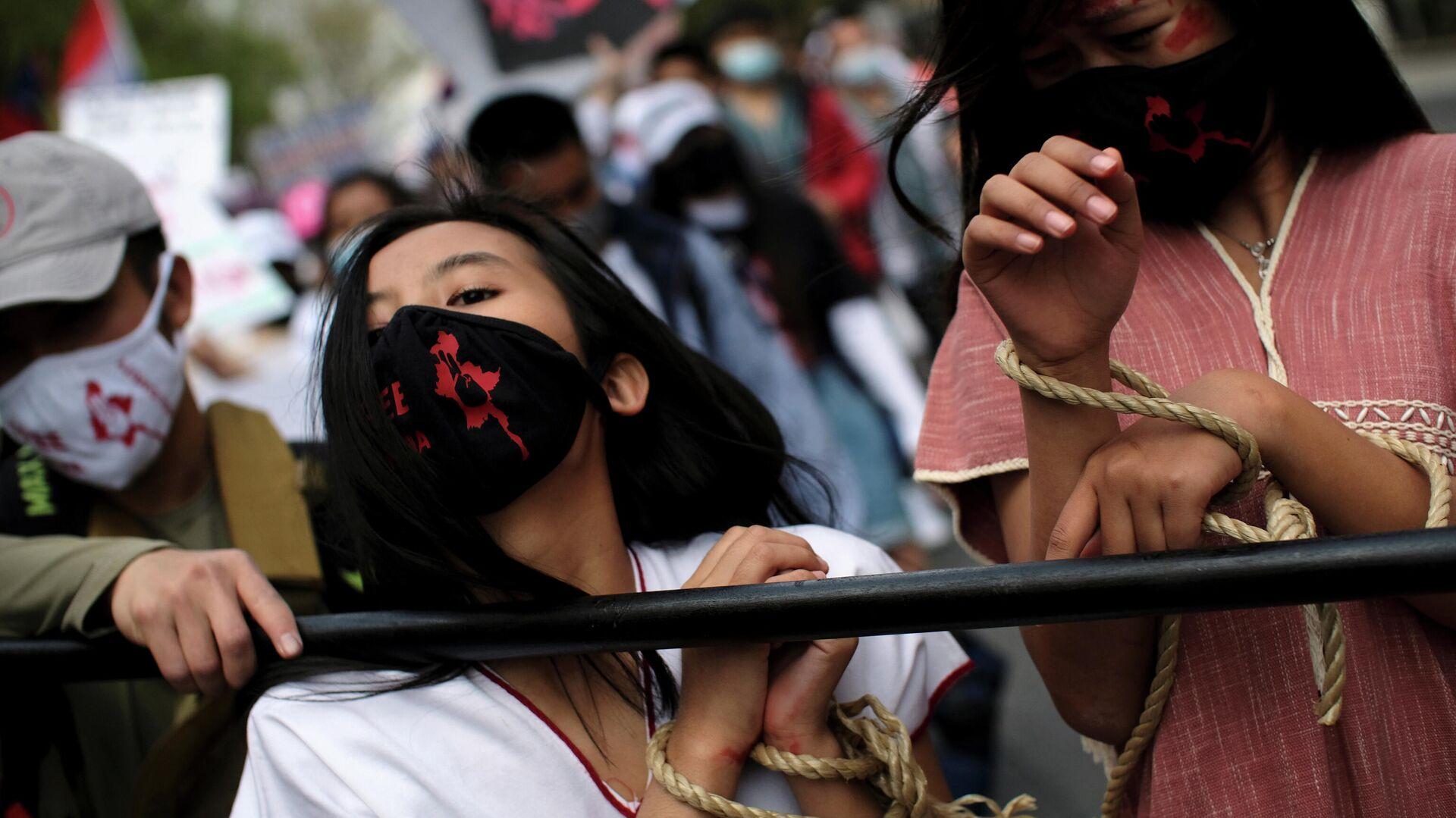 Участники акции протеста против военного переворота в Мьянме во время марша к посольству Мьянмы в Вашингтоне - РИА Новости, 1920, 17.04.2021