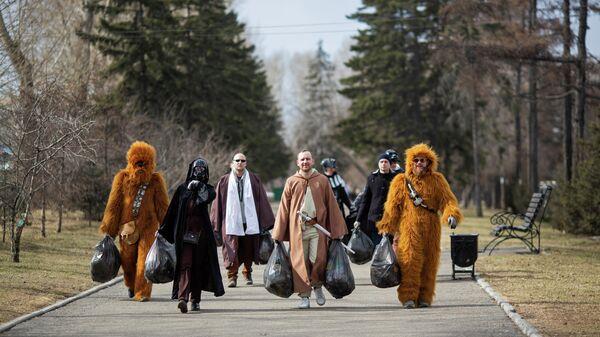 Волонтеры, одетые как персонажи Звездных войн во время уличной уборки Иркутске, Россия. 12 апреля 2021 года
