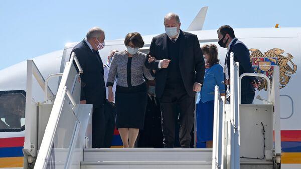 Президент Армении Армен Саркисян с супругой Нуне на церемонии встречи в международном аэропорту им. Шота Руставели в Тбилиси