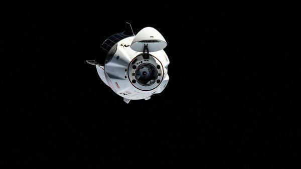 SpaceX Crew Dragon маневрирует в направлении полрта Международной космической станции