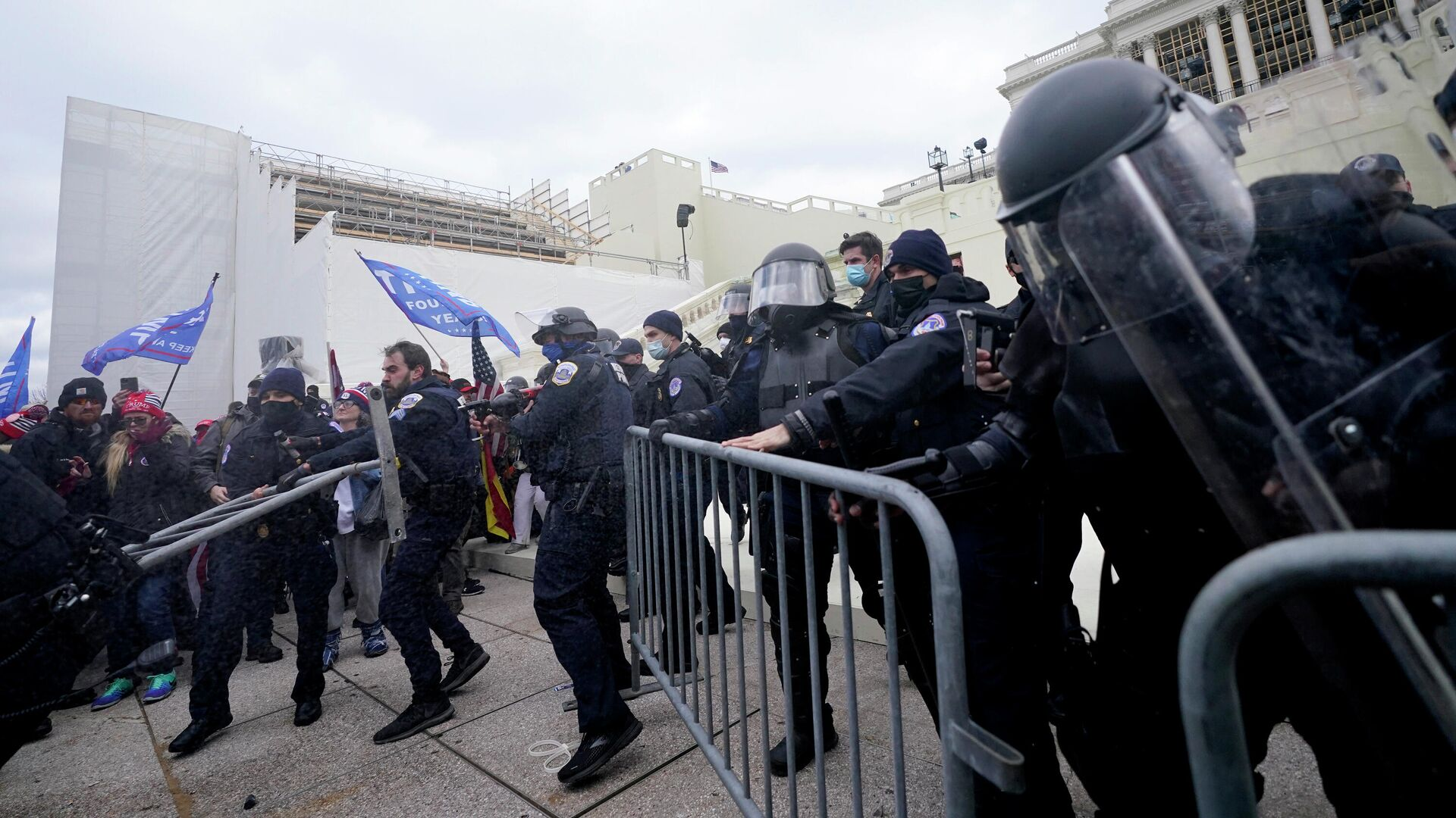 Полицейские на протесте сторонников Дональда Трампа у Капитолия США в Вашингтоне - РИА Новости, 1920, 16.04.2021