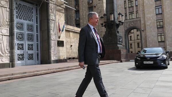 Посол Эстонии в России Маргус Лайдре выходит из здания в МИД РФ в Москве