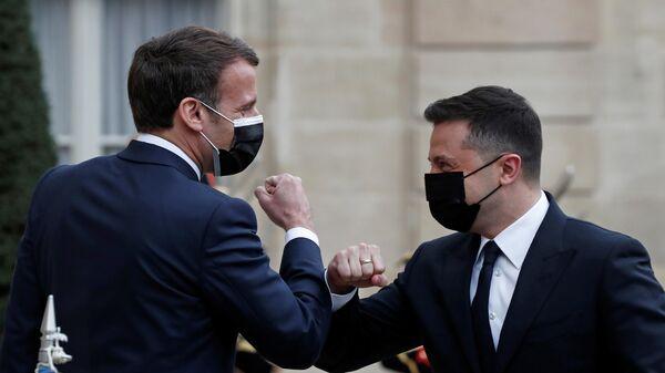 Президент Франции Эммануэль Макрон и президент Украины Владимир Зеленский во время встречи в Елисейском дворце в Париже