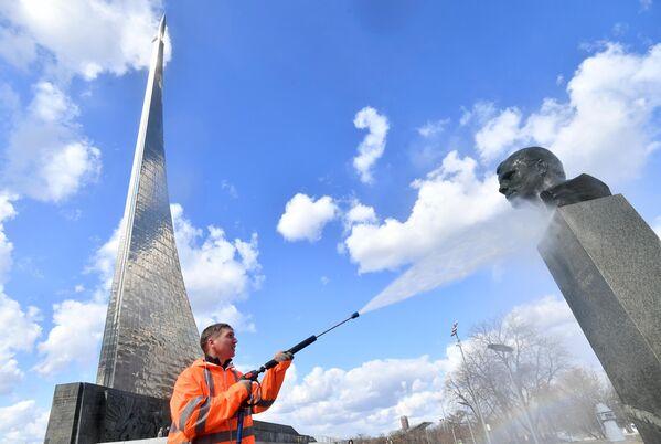 Работник коммунальной службы моет памятник Юрию Гагарину