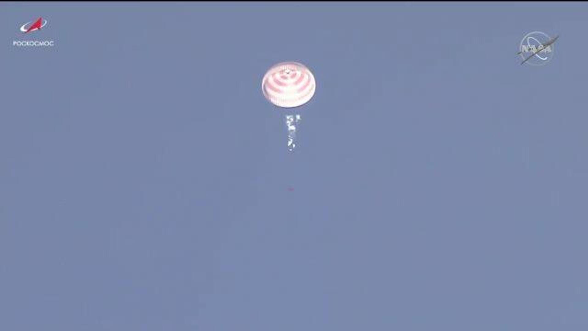 Возвращение на Землю: Союз МС-17 с экипажем МКС совершил успешную посадку - РИА Новости, 1920, 17.04.2021