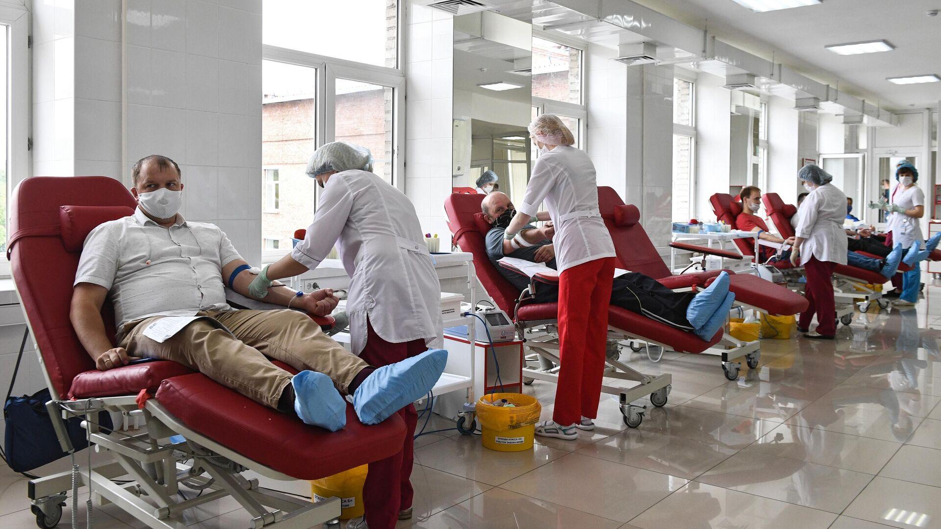 Доноры во время сдачи крови в клиническом центре крови - РИА Новости, 1920, 10.06.2021