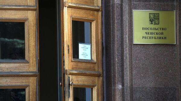 Дверь в здании посольства Чехии в РФ в Москве