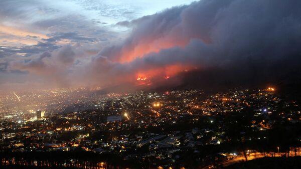 Пожар на склонах Столовой горы недалеко от Кейптауна