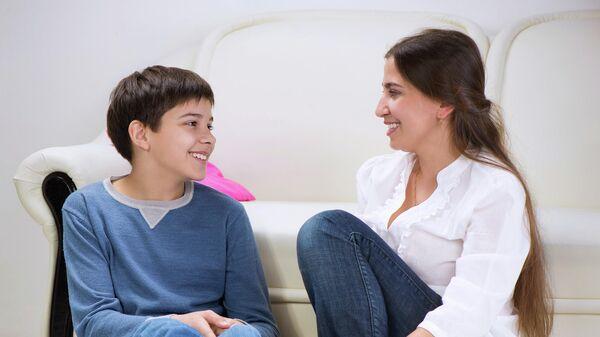 Подросток общается с взрослым