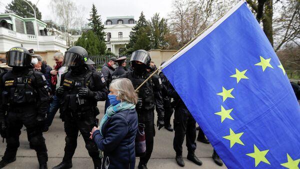 Акция протеста у здания посольства России в Праге