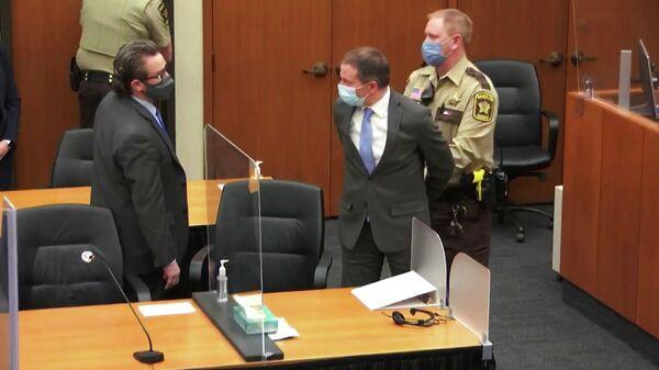 Экс-полицейский Дерек Шовин на слушаниях в суде по делу о смерти Джорджа Флойда