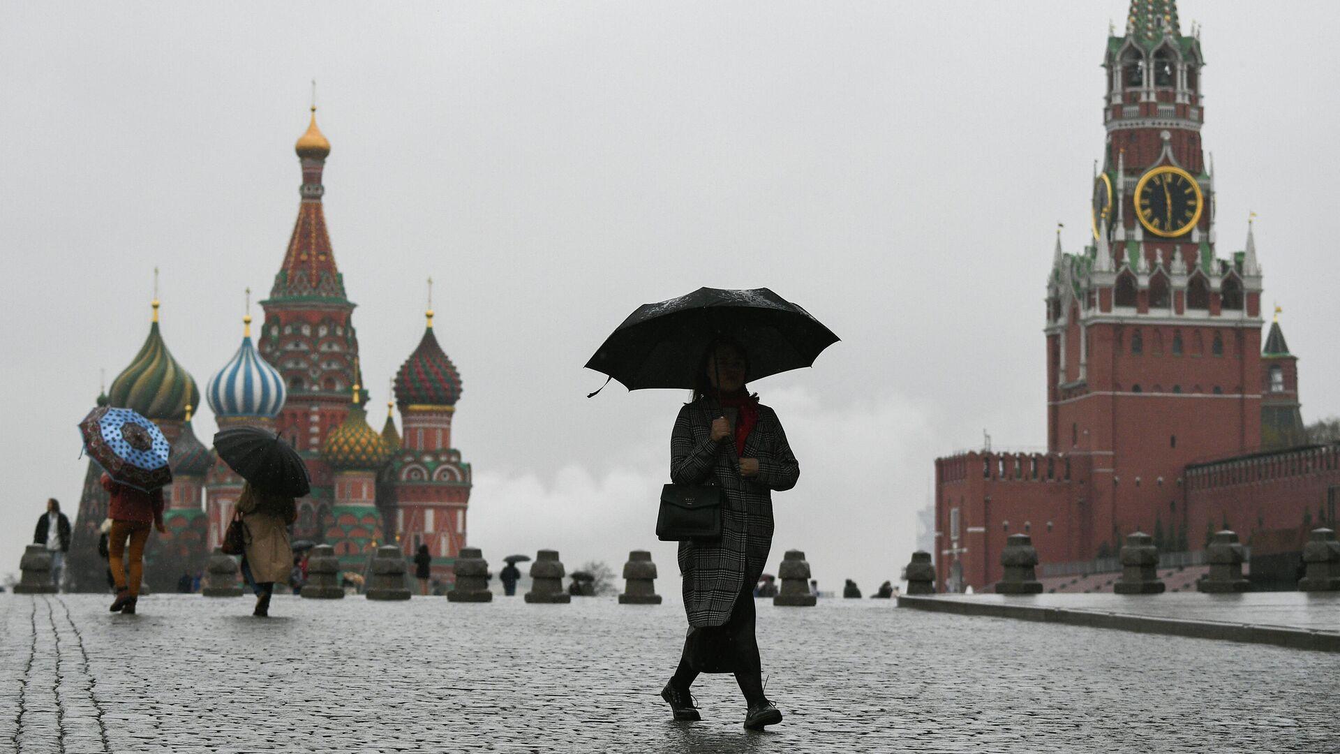 Люди во время дождя на Красной площади в Москве - РИА Новости, 1920, 11.06.2021