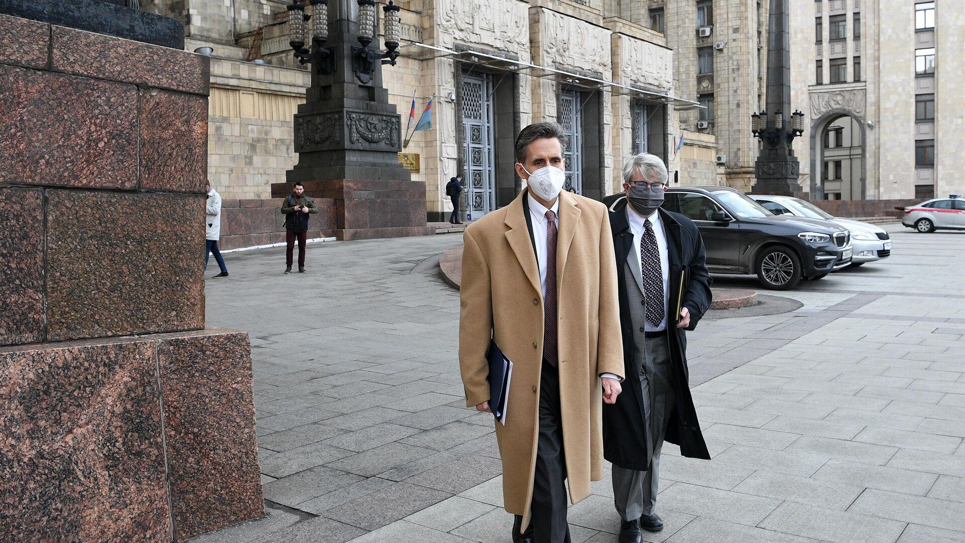 Заместитель главы американского посольства в Москве Барт Горман возле здания МИД РФ в Москве - РИА Новости, 1920, 26.04.2021