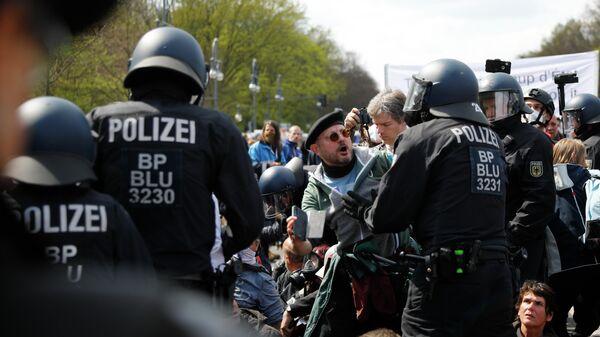 Участники акции протеста против политики правительства Германии по борьбе с пандемией коронавируса и полицейские в Берлине