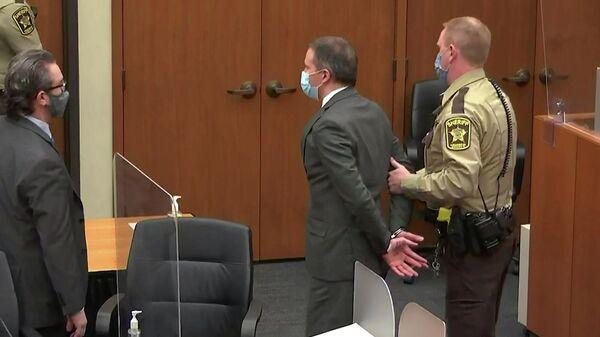 Экс-полицейского Дерека Шовина выводят после заседания суда по делу о смерти Джорджа Флойда