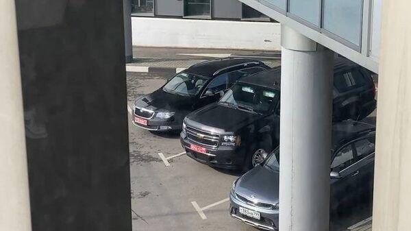 Кадры из аэропорта, куда прибыл посол Салливан