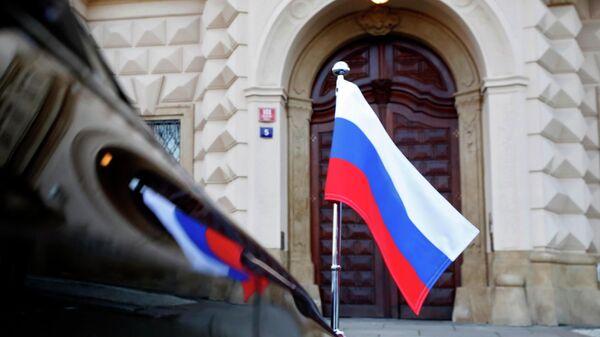 Автомобиль посольства России у здания МИД Чехии в Праге
