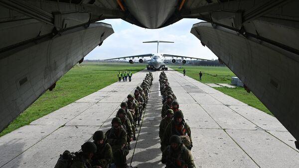 Военнослужащие гвардейского Ивановского воздушно-десантного соединения перед погрузкой на самолет Ил-76МД на аэродроме Таганрог-Центральный в Ростовской области