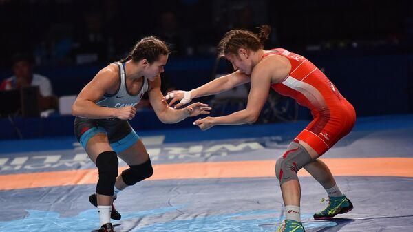 Любовь Овчарова (справа) в финальном поединке соревнований по вольной борьбе среди женщин в весовой категории до 59 кг на чемпионате мира в Казахстане.