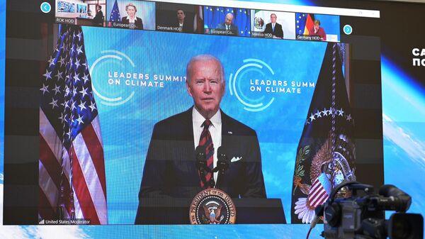 Монитор с изображением президента США Джо Байдена, выступающего на Саммите лидеров по вопросам климата