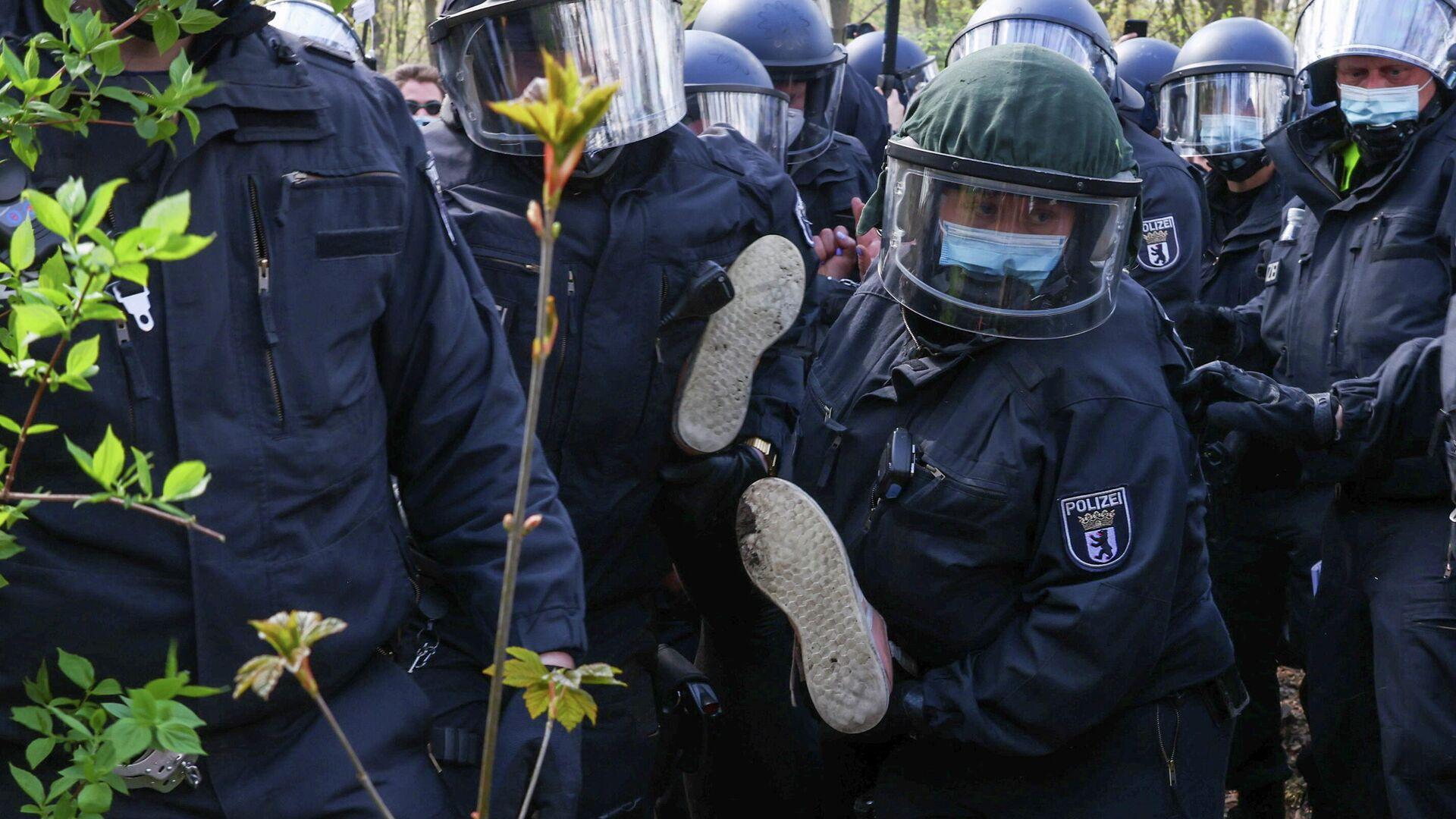 Полиция держит протестующего на акции протеста против коронавирусных ограничений в Берлине  - РИА Новости, 1920, 01.08.2021