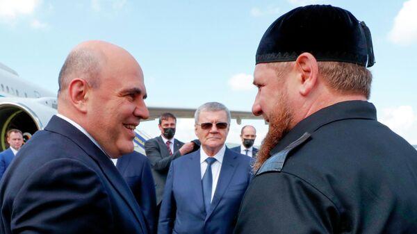Председатель правительства РФ Михаил Мишустин и глава Чеченской Республики Рамзан Кадыров (справа) во время встречи в аэропорту Грозного