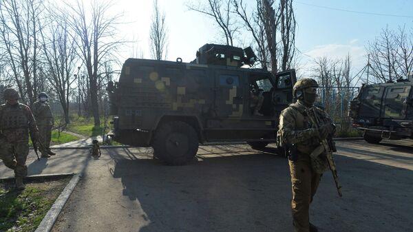 Украинские военнослужащие на линии соприкосновения в Широкино Донецкой области