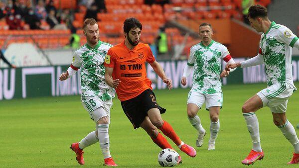 Защитник Урала Арсен Адамов в матче РПЛ против Ахмата