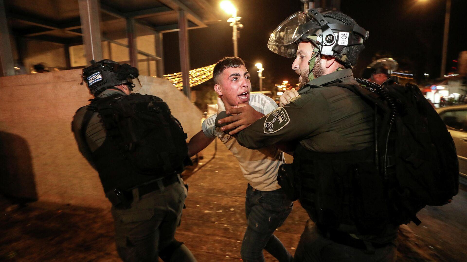 Сотрудники полиции задерживают участника беспорядков в Иерусалиме, Израиль - РИА Новости, 1920, 08.05.2021