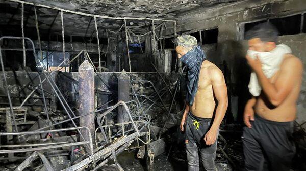 На месте пожара в больнице, предназначенной для пациентов с коронавирусной инфекцией, в Багдаде, Ирак