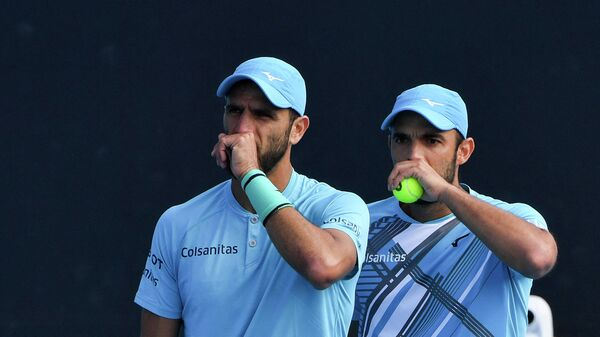 Colombia's Robert Farah (L) and Juan Sebastian Cabal (R) speak before a play against Britain's Jamie Murray and Brazil's Bruno Soares during their Great Ocean Road Open men's doubles final match in Melbourne on February 7, 2021. (Photo by Paul CROCK / AFP) / -- IMAGE RESTRICTED TO EDITORIAL USE - STRICTLY NO COMMERCIAL USE --