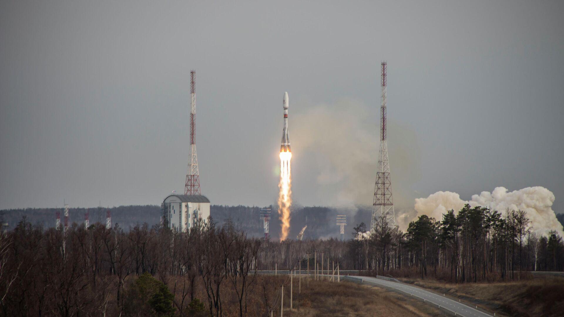 Россия или Китай могут полететь на Луну раньше США, заявил Рогозин