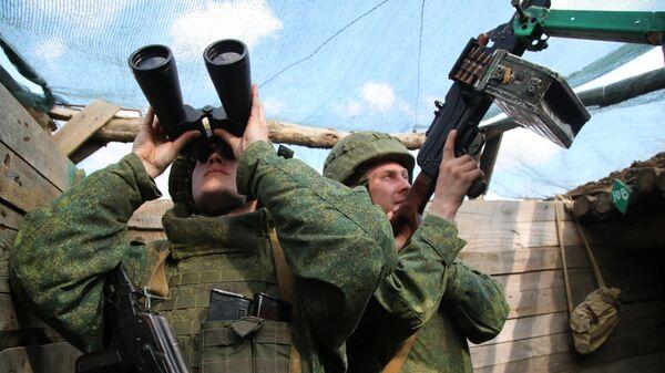 Бойцы Народной милиции ДНР в окопе на западной окраине Донецка на линии соприкосновения