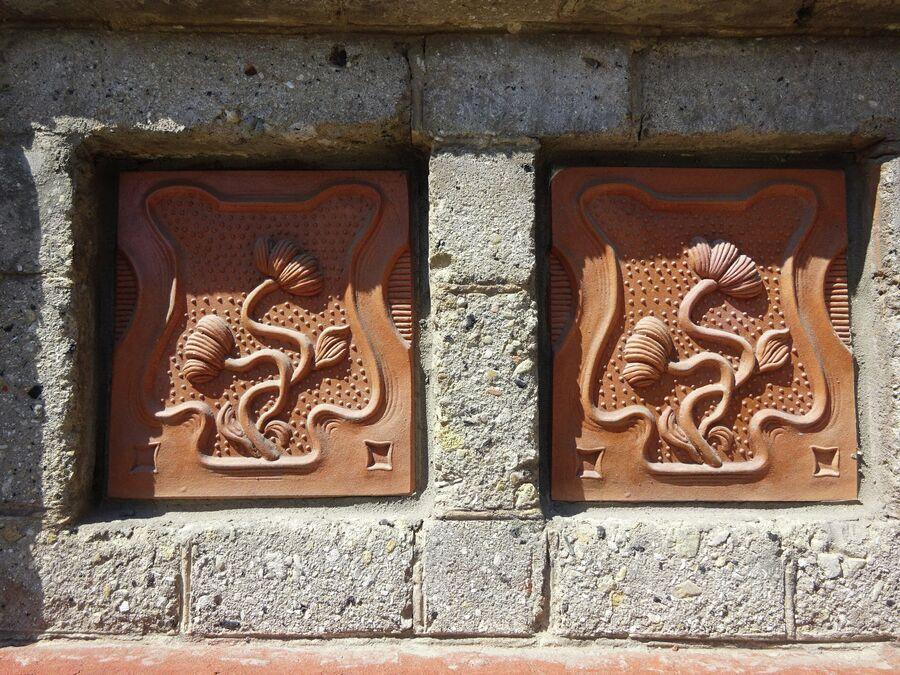 Фасад дома Поцелуевых украшен декором с цветочным рисунком