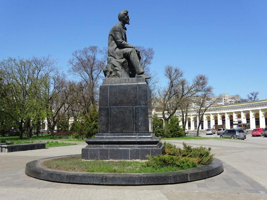 Памятник Чехову у Гостиного двора