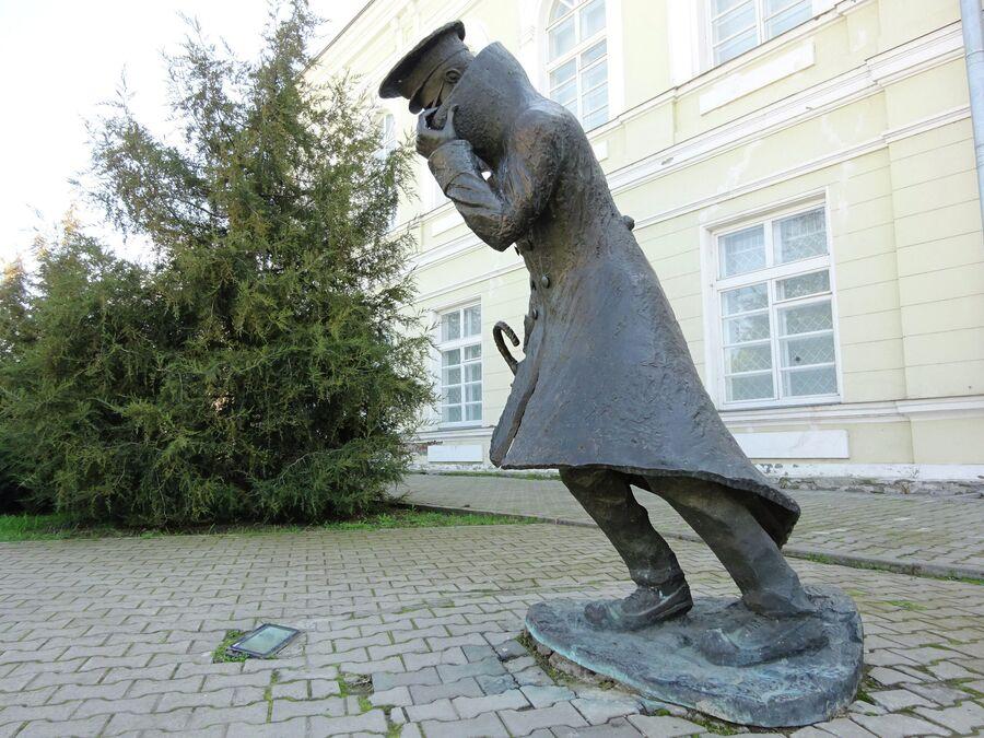 Памятник Человеку в футляре из одноименного произведения Антона Чехова перед гимназией