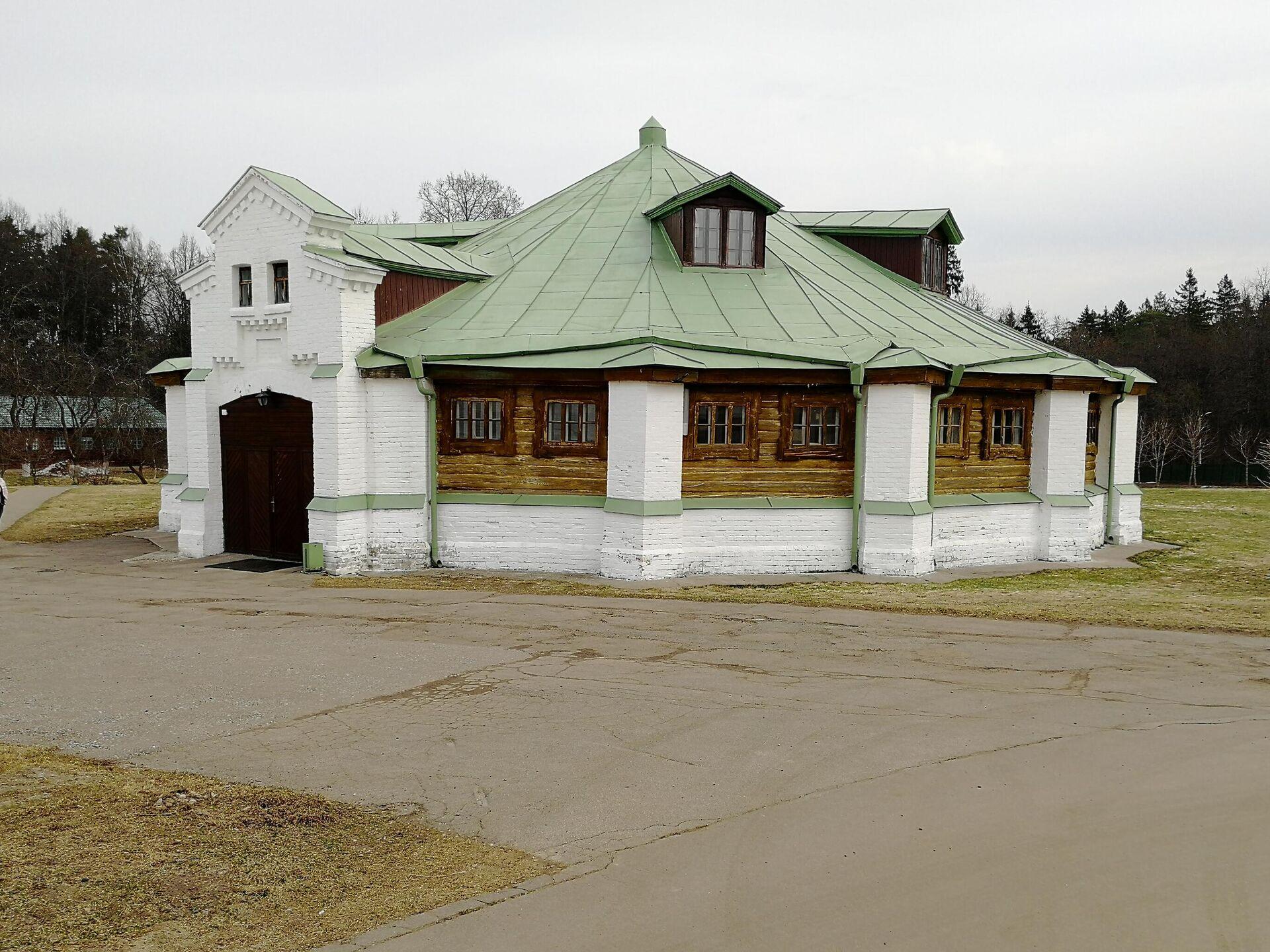 Манеж в усадьбе Середниково - РИА Новости, 1920, 12.05.2021