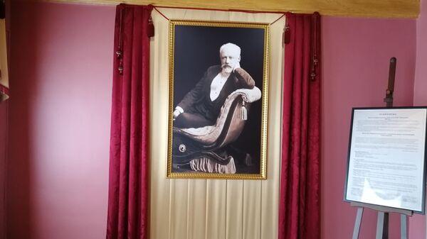 Портрет композитора в гостиной на первом этаже