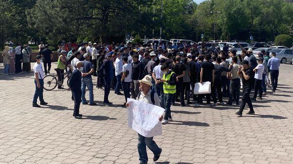 Участники митинга возле Дома правительства Киргизии в Бишкеке с требованием урегулировать ситуацию на границе с Таджикистаном