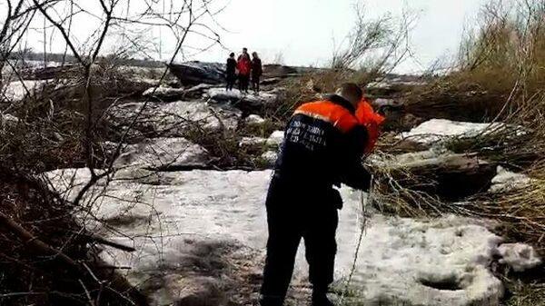 Спасатели снимают подростков со льдины