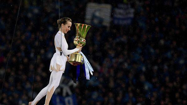 Гимнастка с трофеем Кубка Италии по футболу