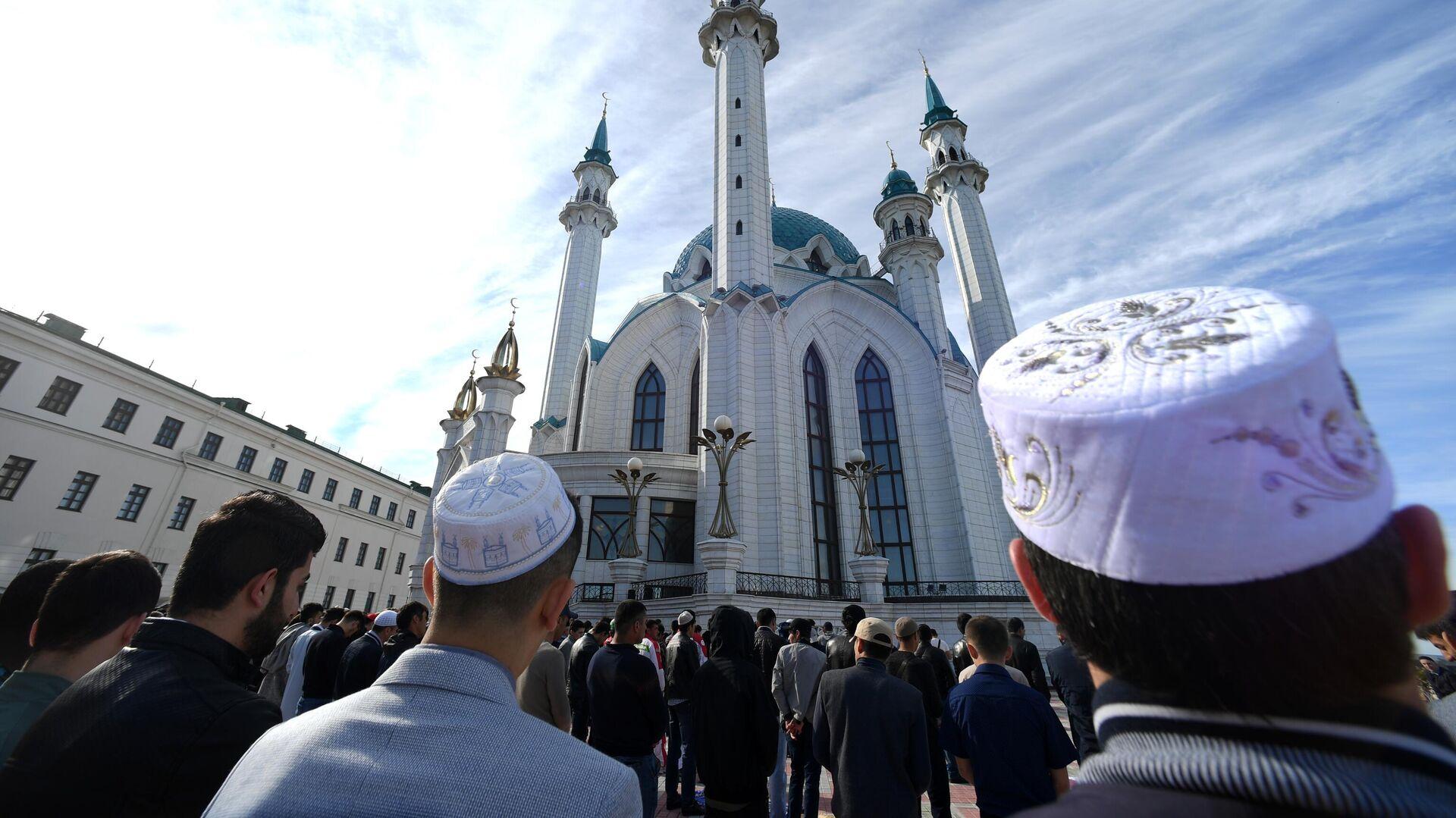 Мусульмане перед намазом в день праздника Ураза-байрам у мечети Кул-Шариф в Казани - РИА Новости, 1920, 12.05.2021