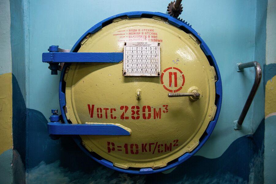 Переборочный люк одной из лодок, которая была утилизирована на Нерпе