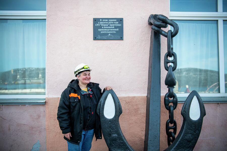 Яна Смирнова у трубомедницкого цеха