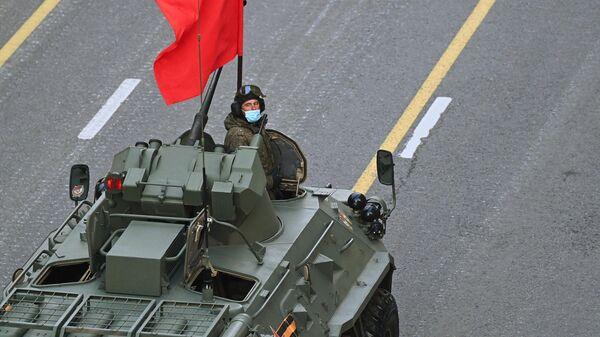 Военнослужащий на репетиции парада к 76-й годовщине Победы в Великой Отечественной войне