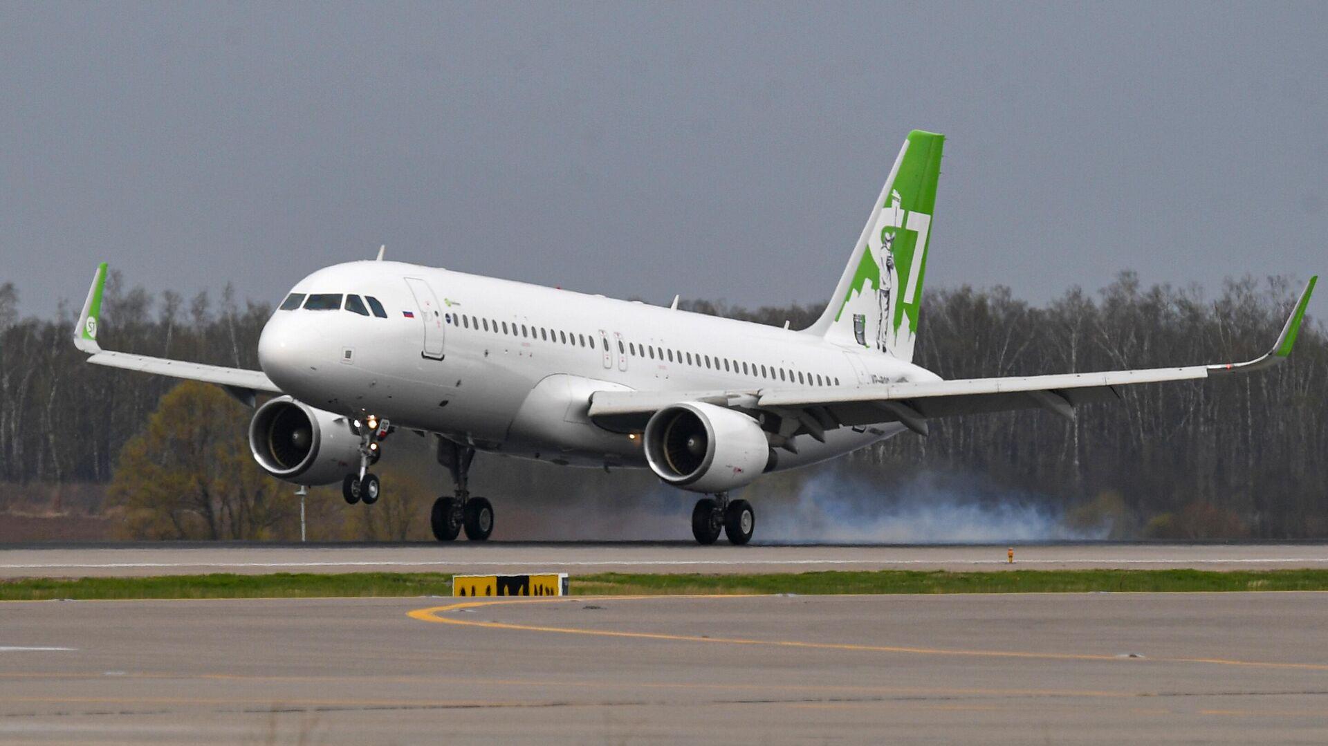 Посадка самолета Airbus A320 авиакомпании S7 Airlines в новой ливрее в аэропорту Домодедово - РИА Новости, 1920, 08.07.2021
