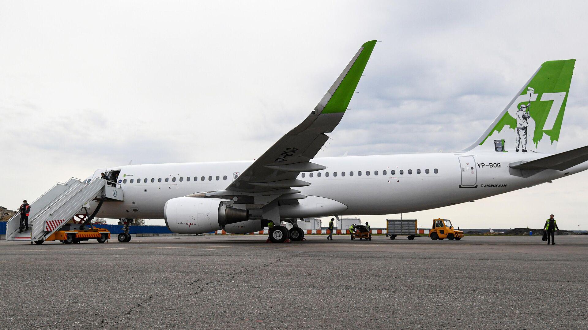 Самолет Airbus A320 авиакомпании S7 Airlines в новой ливрее в аэропорту Домодедово - РИА Новости, 1920, 18.05.2021