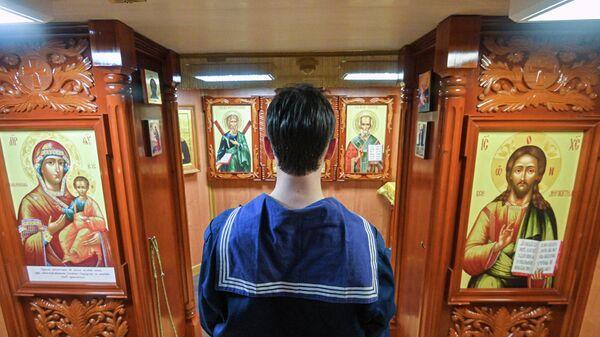 Курсант в храмовой комнате парусного судна Седов