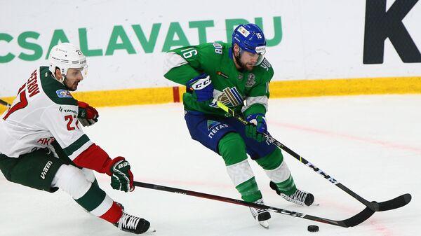 Хоккеист Салавата Юлаева Джефф Плэтт (справа) и хоккеист Ак Барса Кирилл Петров